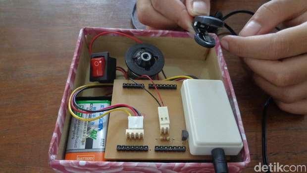 Sistem kerja alat ini menggunakan sensor denyut nadi.... ada 3 perangkat utama di alat tersebut... yaitu sensor, processor & penggetar nya.... alat sensor denyut nadi di pasang di telinga atau bisa juga di ujung jari